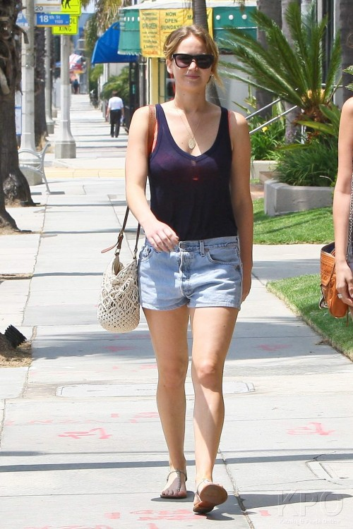 Jennifer-Lawrences-Feet-4739434e1b2aca1b1c7.jpg