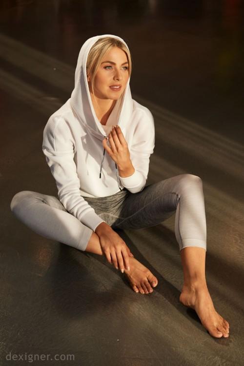 Julianne-Hough-Feet-14f7d18bf9e54398a6.jpg