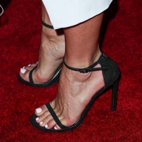 Julianne-Hough-Feet-1807f13b71d613e0cd.jpg