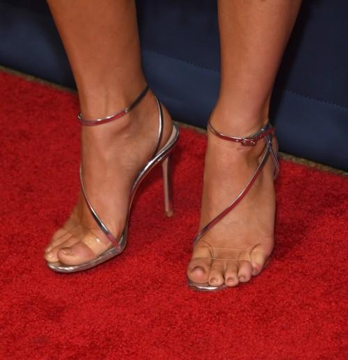 Julianne-Hough-Feet-282855ea95eec1bb2e.jpg