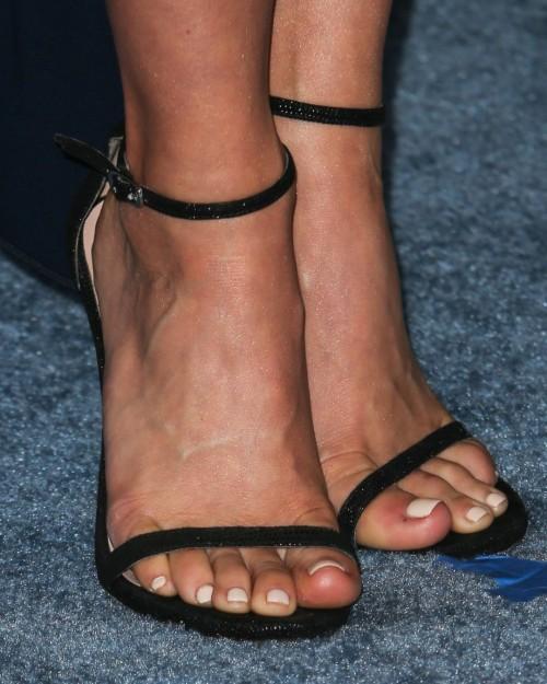 Julianne-Hough-Feet-6b4b26d598af3edba.jpg