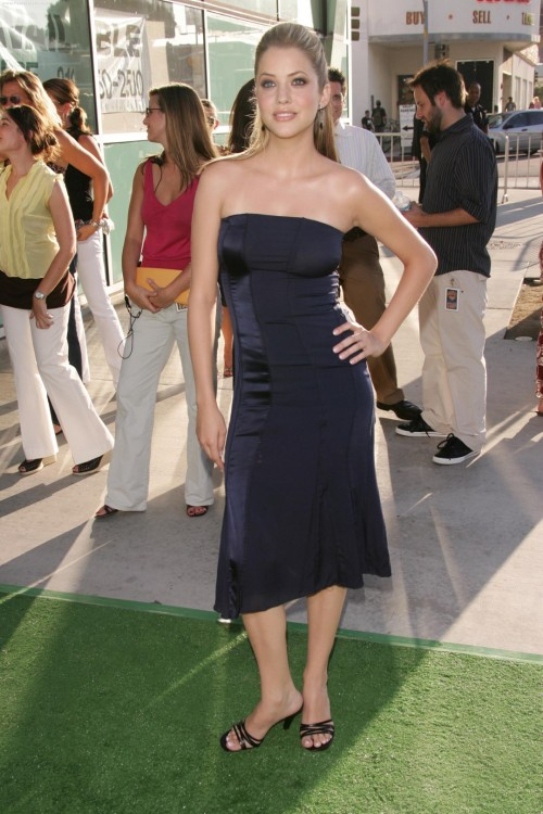 Julie-Gonzalos-feet-16be80cc80e3dbc56e.jpg