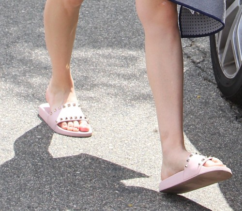 Kaley-Cuoco-Toes-10b3f759049e6afbd3.jpg
