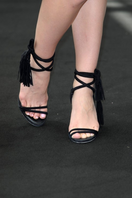 Katharine-McPhee-Feet-10010cc358b0084f30.jpg