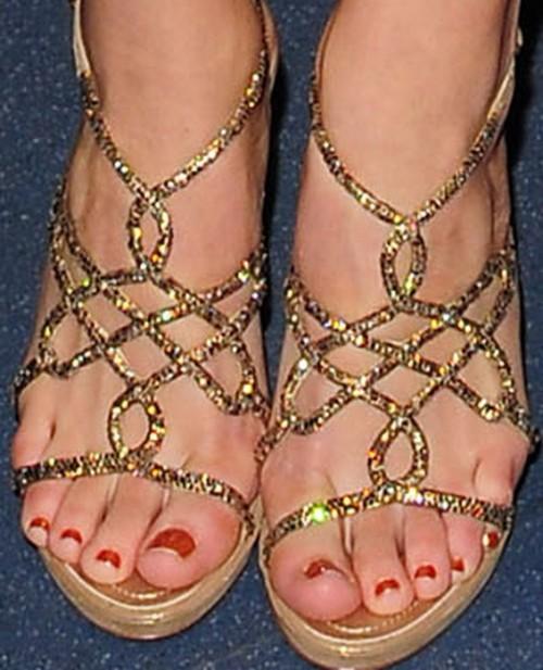 Katharine-McPhee-Feet-2989f21a0e9e9927ed.jpg