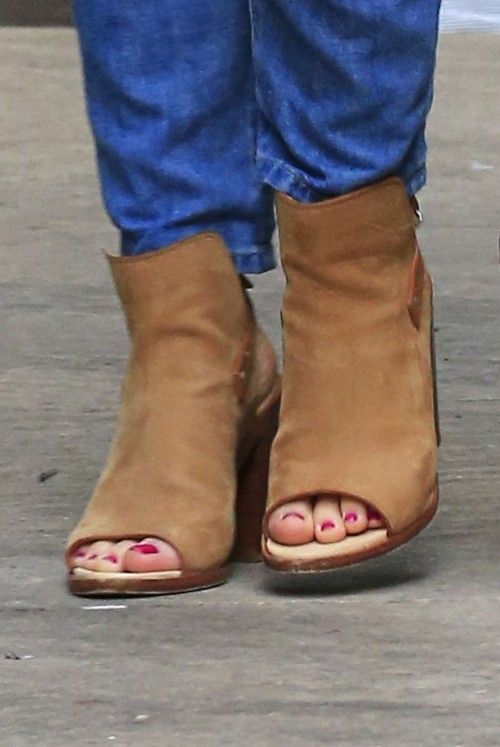 Katharine-McPhee-Feet-3586190c3950fa0ba5.jpg