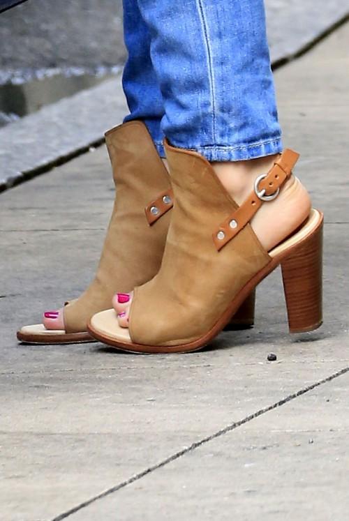 Katharine-McPhee-Feet-36371ea2a513c6a7d5.jpg