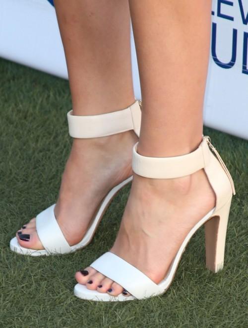 Katharine-McPhee-Feet-376876db4093aca2a3.jpg