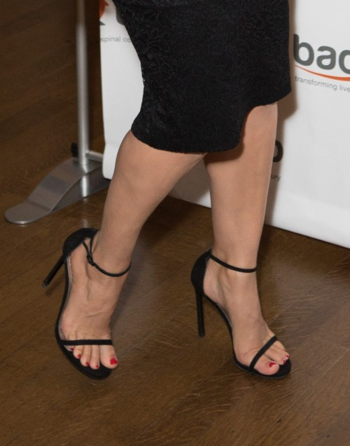 Kelly-Brook-Feet-3418801d843a1295ef2c76d.jpg