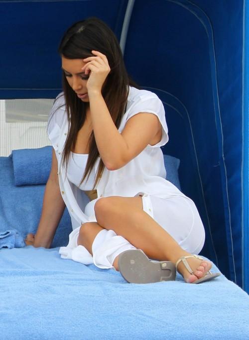 Kim-Kardashian-Wests-Feet-463893ce2a0f3aef493.jpg