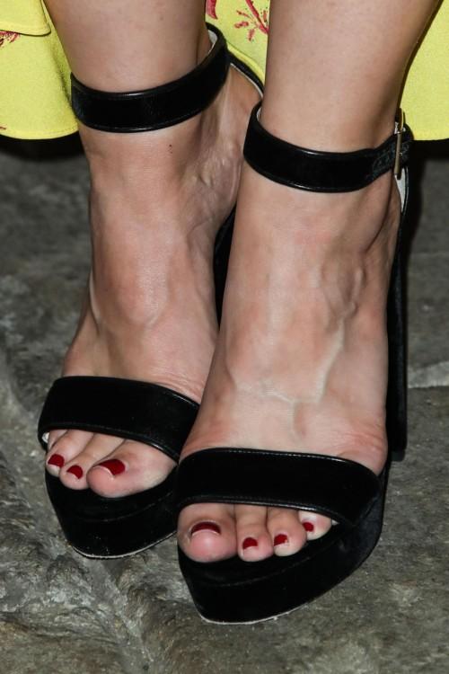Kristen-Bell-Toes-17ffe592ba938ac539.jpg