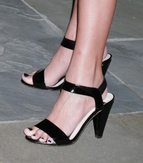 Kristin-Chenoweth-Feet-16acd54b180eae981d.jpg