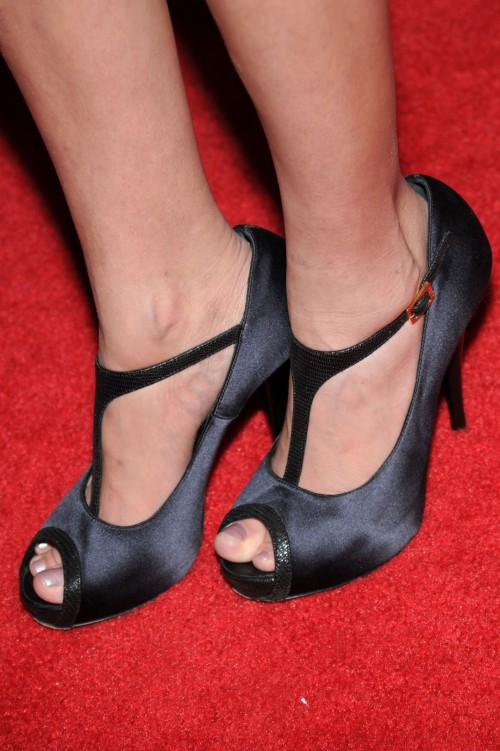 Kristin-Chenoweth-Feet-1e17db6c70252b428.jpg