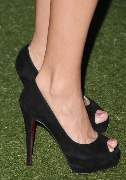 Kristin-Chenoweth-Feet-87279eb97fadbd3ee.jpg