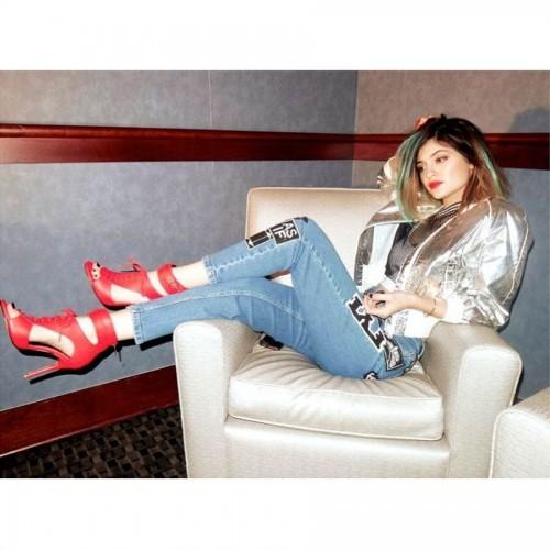 Kylie-Jenners-Feet-23b88c1882e892abc8.jpg