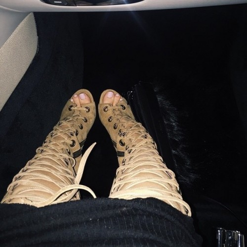 Kylie-Jenners-Feet-36ff1d728bb6cd798f.jpg