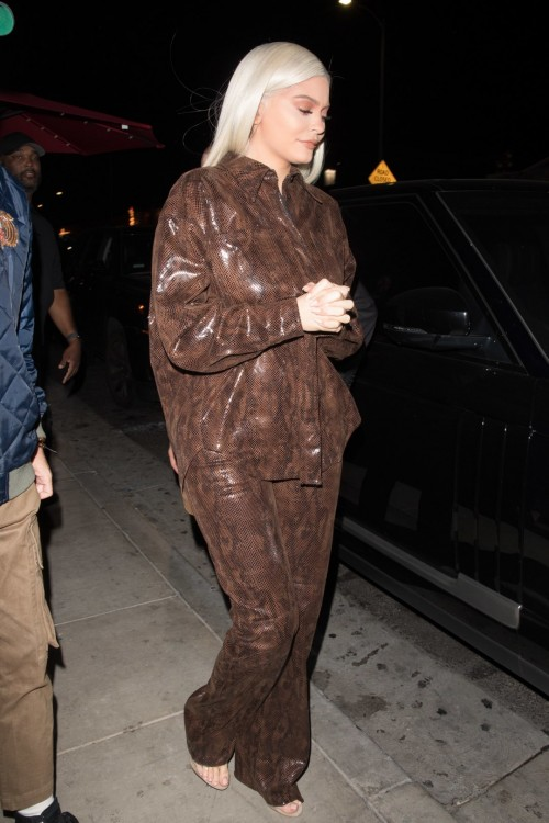 Kylie-Jenners-Feet-42f9442ce57241ab8c.jpg