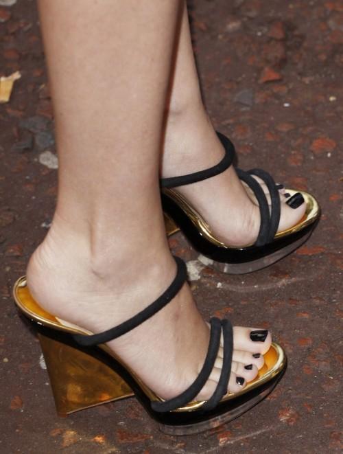 Kylie-Minogue-Feet-15481da01f06ad5cd.jpg