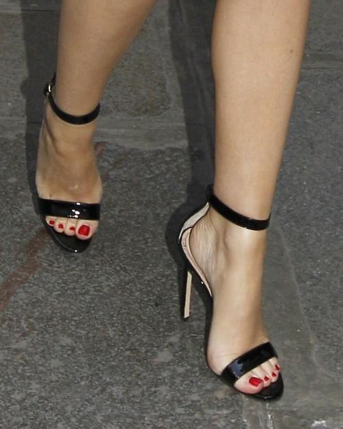 Kylie-Minogue-Feet-164f9c245b49f0b31b.jpg