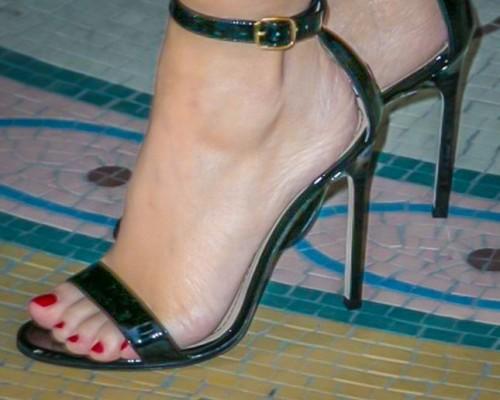 Kylie-Minogue-Feet-281c520de0444334de.jpg