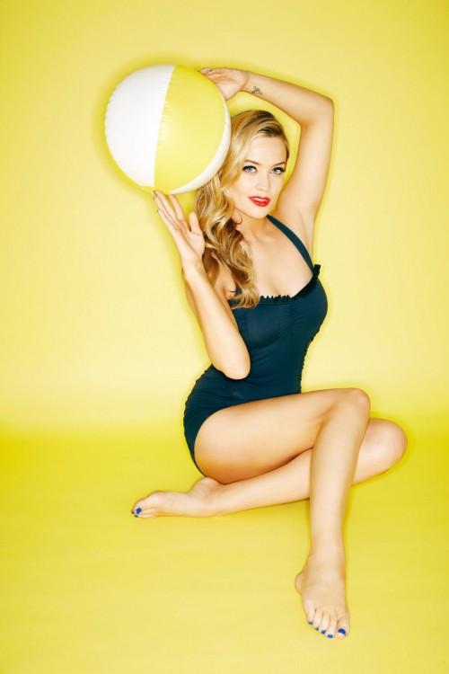 Laura-Whitmore-Feet-108206e4b5a9bd3e3e.jpg