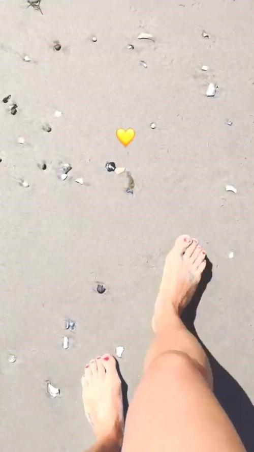 Lea-Michele-Feet-54adf5093ceb87825.jpg