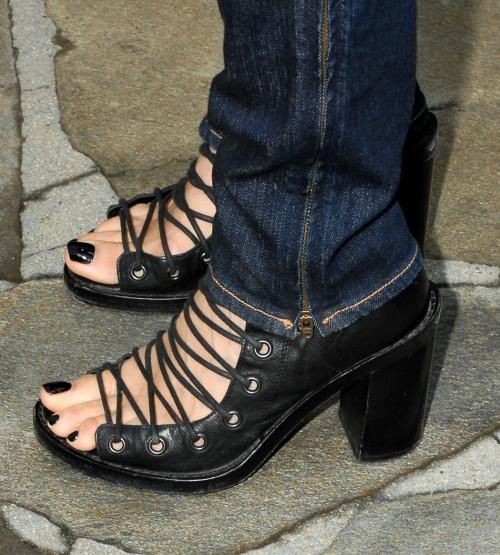 Lisa-Edelstein-Feet-5a83ac8ec27c0a418.jpg