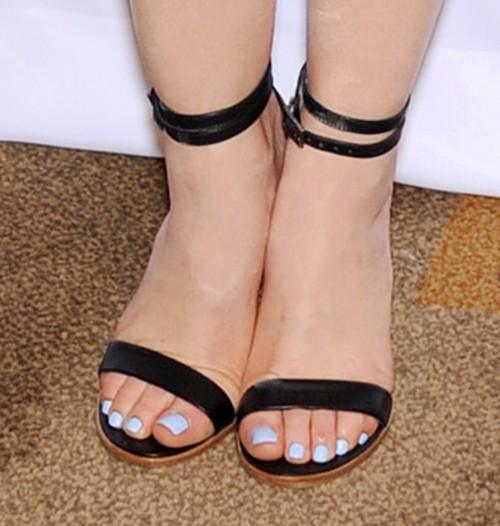 Lucy-Hale-Feet-458d775bd39b84a67b.jpg
