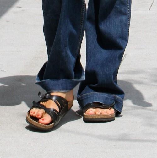 Maggie-Gyllenhaal-Feet-437f06462ae63d926.jpg