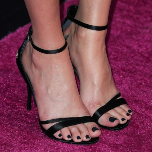 Margot-Robbies-Feet-51ca9112f7cb180404.jpg
