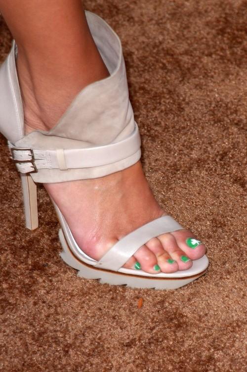 Maria-Menounos-Feet-28608f711576f28c4b.jpg