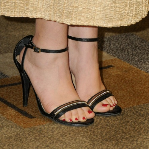 Mayim-Bialik-Feet-5571118f54a97c42c.jpg