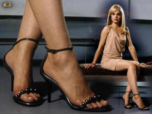 Mena-Suvari-Feet-16d1ddab9e6653a0d7.jpg