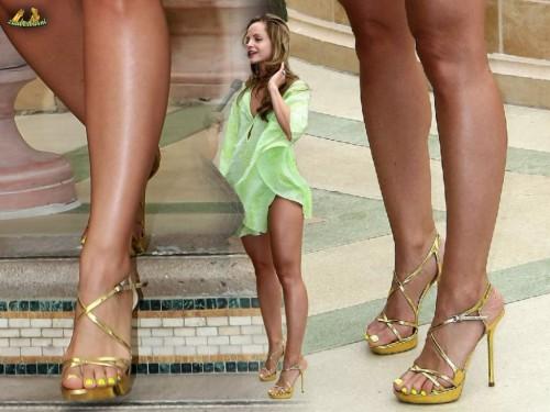 Mena-Suvari-Feet-20fe0671d3d19b12d6.jpg