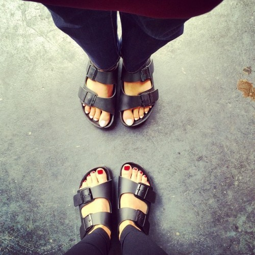Mena-Suvari-Feet-227c3256a7c1daa557.jpg