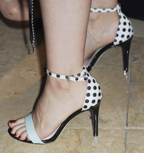 Mena-Suvari-Feet-27b85ed765b1f3738b.jpg