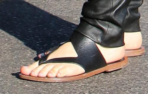 Mena-Suvari-Feet-32668c58ce096ecbc8.jpg