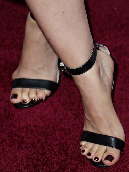 Mena-Suvari-Feet-4052f6bc72b97099bb.jpg