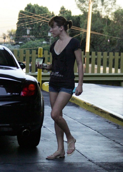 Milla-Jovovichs-Feet-85b9ee2c62093b463b.jpg