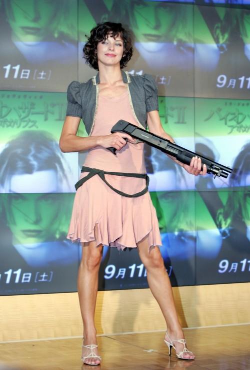 Milla-Jovovichs-Feet-9251ec16155bff8d98.jpg