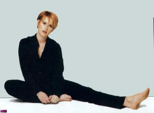 Molly-Ringwald-Feet-2bc12366bae1c8610.jpg