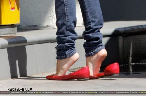 Rachel-Bilson-Feet-76f4565c7fa3a7836.jpg