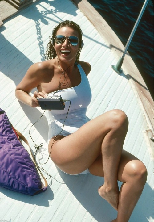 Raquel-Welch-Feet-17731e752326fb810e.jpg