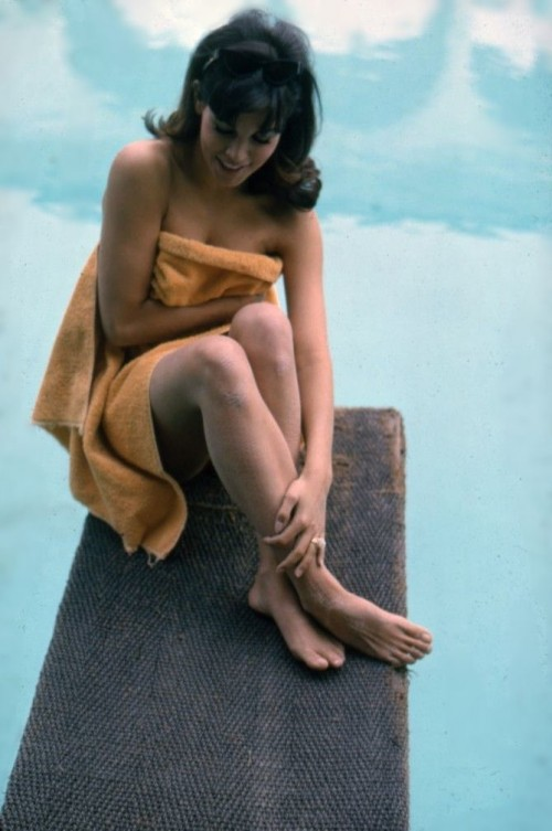 Raquel-Welch-Feet-971fb5e26a8956d0c.jpg