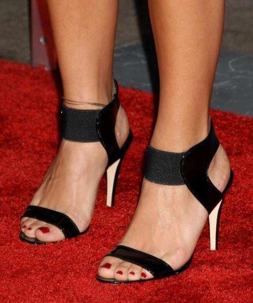 Rashida-Jones-Feet-77172982cc86e7110e5d6d.jpg