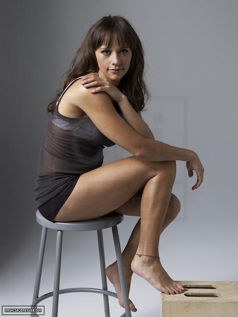 Rashida-Jones-Feet-859570f36c7af2480d1f8.jpg