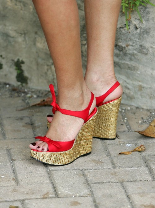 Rihanna-Feet-49ca553541c4a72cc3.jpg