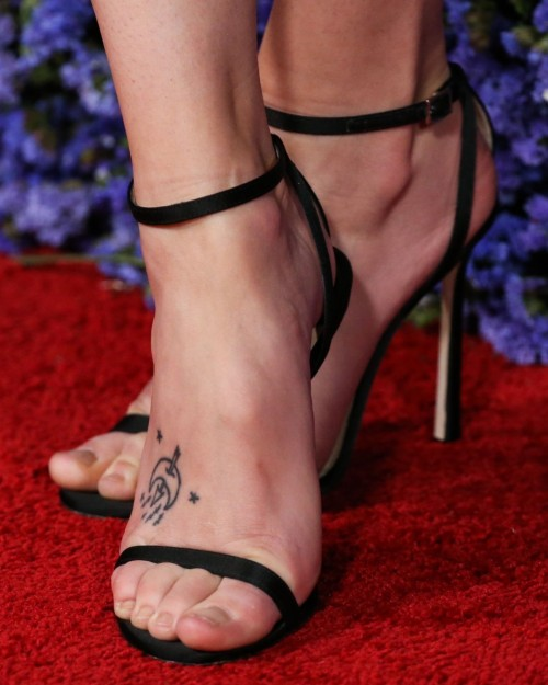 Riley-Keough-Feet-43fd186915bd4b353.jpg