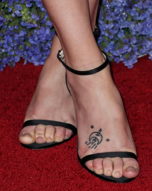 Riley-Keough-Feet-5be48bdd07a0fdce0.jpg
