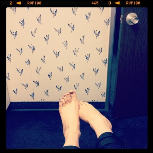Rose-McGowan-Feet-33410ae3fafa77679.jpg